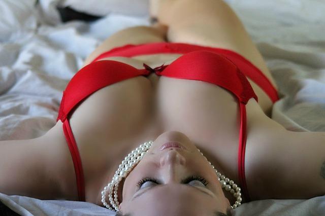 dívka v červeném spodním prádle