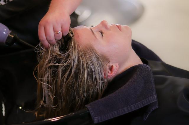 žena u kadeřnice.jpg