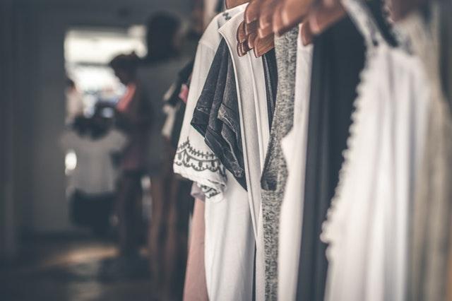 věšák s oblečením