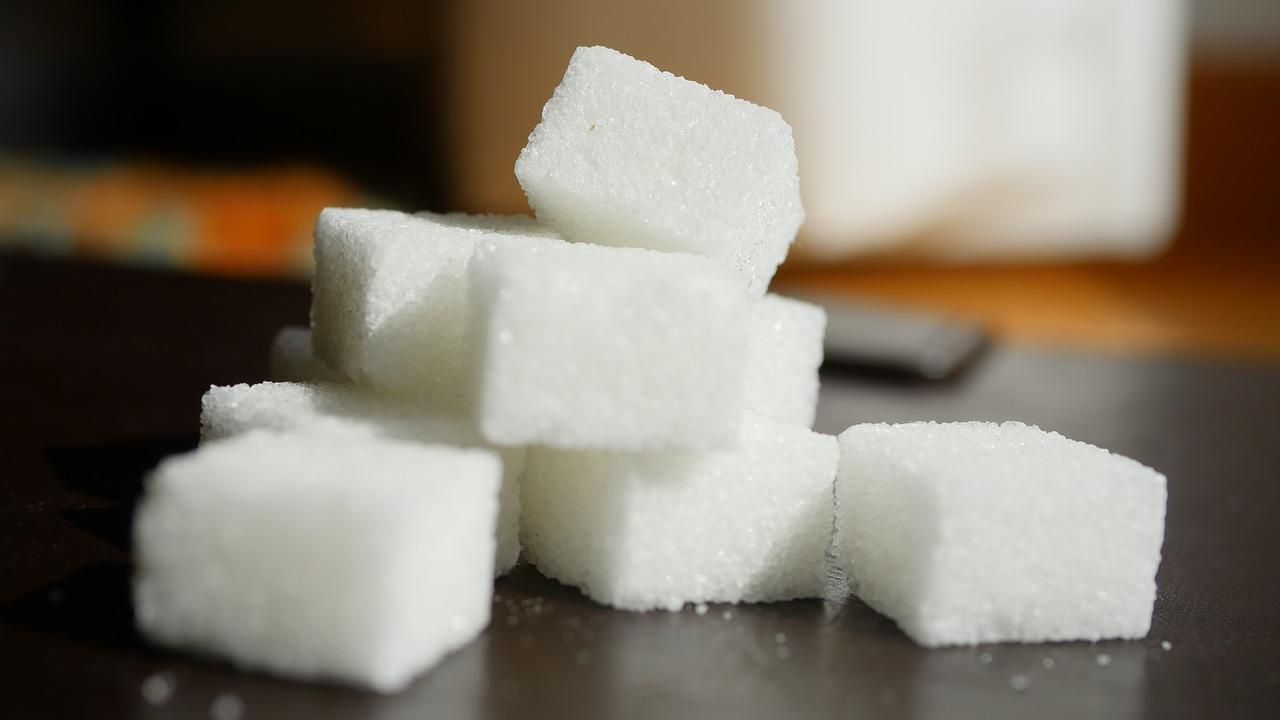 kostkový bílý cukr